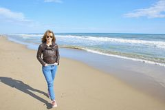Женщина гуляя на пляж Стоковое Изображение RF