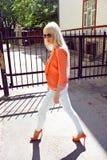 Женщина гуляя на улицу Стоковое Изображение RF