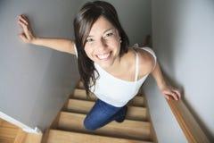 Женщина гуляя вверх по лестницам Стоковая Фотография RF