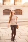 Женщина гуляя в улицу Стоковые Фото