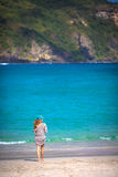 Женщина гуляя на пляж Стоковые Фотографии RF