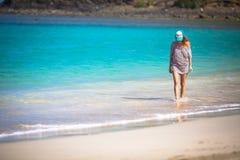 Женщина гуляя на пляж Стоковая Фотография RF