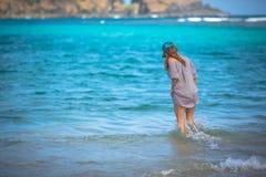 Женщина гуляя на пляж Стоковое фото RF