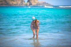 Женщина гуляя на пляж Стоковые Фото