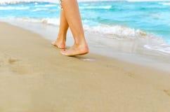 Женщина гуляя на пляж Стоковые Изображения RF