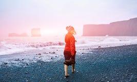 Женщина гуляя на пляж Стоковое Изображение