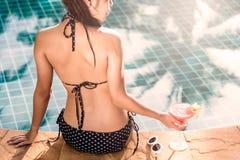 Женщина девушки портрета красивая в черный ослаблять на бассейне Стоковые Изображения RF