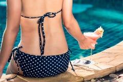 Женщина девушки портрета красивая в черный ослаблять на бассейне Стоковые Изображения