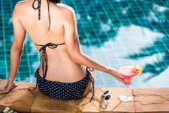 Женщина девушки портрета красивая в черный ослаблять на бассейне Стоковая Фотография