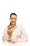 женщина дег банка piggy кладя стоковое изображение rf