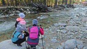 Женщина делает нордический идти в природу около реки горы Девушки и дети используют trekking ручки и нордические поляков видеоматериал
