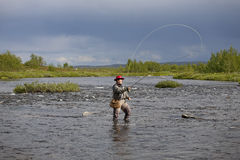 Женщина делает рыбную ловлю мухы в реке 1 Стоковые Изображения RF