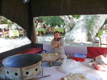 Женщина делает традиционную еду Стоковое Изображение