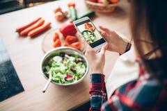 Женщина делает фото vegetable варить салата Стоковые Изображения