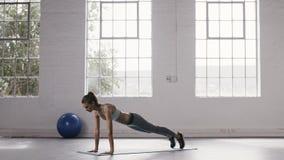 Женщина делая для того чтобы нажать вверх владения на студии фитнеса видеоматериал
