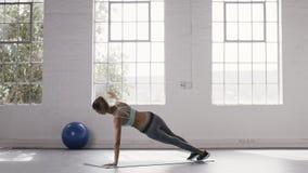 Женщина делая извив планки на студии фитнеса акции видеоматериалы