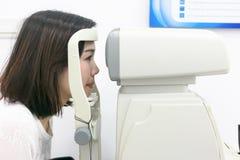 Женщина делая испытание глаза с optometrist в медицинском офисе Стоковые Изображения