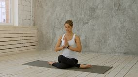Женщина делая йогу дома - представление ` s Marichyasana или Marichi Стоковые Фото