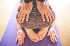 Женщина делая йогу на деревянном поле стоковая фотография