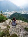 Женщина делая йогу смотря к Verbania стоковая фотография rf