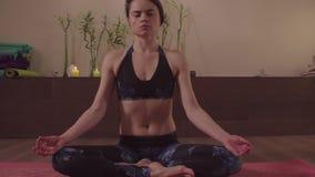 Женщина делая йогу kriya - dhauti agnisara видеоматериал