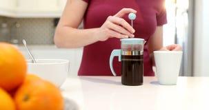 Женщина делая кофе в кухне 4k сток-видео