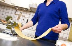 женщина делая макаронные изделия Стоковое Изображение