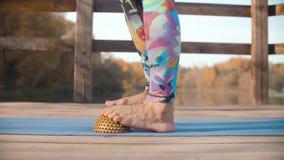 Женщина делая массаж ноги с валиком полусферы акции видеоматериалы