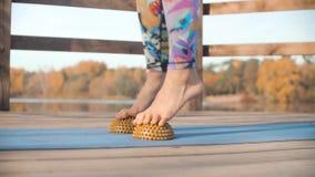 Женщина делая массаж ноги с валиком полусферы сток-видео