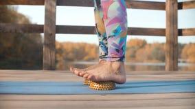 Женщина делая массаж ноги с валиком полусферы видеоматериал