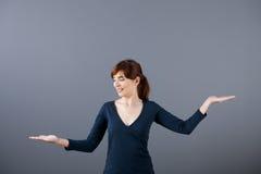 Женщина делая маштаб Стоковое фото RF