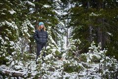 Женщина делая некоторый пеший туризм зимы стоковое изображение rf
