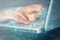 Женщина делая онлайн покупки с кредитной карточкой стоковые изображения
