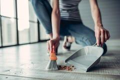 Женщина делая очищать дома стоковое изображение