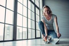 Женщина делая очищать дома стоковые фотографии rf
