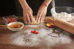Женщина делая печенья рождества стоковое фото rf