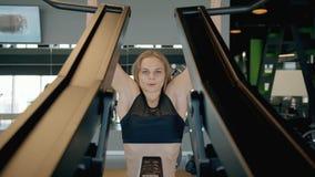 Женщина делая разминку в современных спортзале или спортивном центре акции видеоматериалы