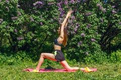 Женщина делая спорт в саде стоковое фото rf