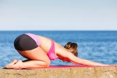 Женщина делая тренировки спорт outdoors взморьем стоковая фотография