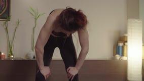Женщина делая тренировку йоги kriya - nauli акции видеоматериалы
