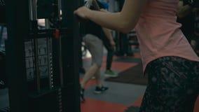 Женщина делая трицепс в машине спортзала видеоматериал
