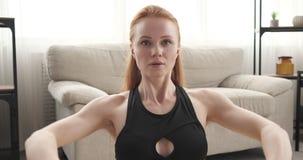 Женщина делая усаженную тренировку строки с диапазоном сопротивления видеоматериал