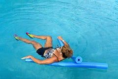 Женщина делая фитнес Auqua Стоковые Фото