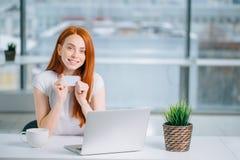 Женщина делая ходить по магазинам онлайн с ее компьтер-книжкой дома Стоковые Фото