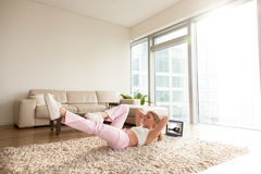 Женщина делая хрусты велосипеда в живущей комнате Стоковые Изображения