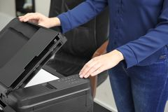 Женщина делая экземпляр документа в офисе, стоковая фотография rf