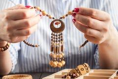 Женщина делая ювелирные изделия дома стоковые фото