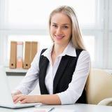 Женщина дела в офисе стоковые фото