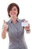 Женщина дела держа пустую визитную карточку Стоковое фото RF