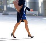 Женщина дела идет к офису. Стоковое Изображение